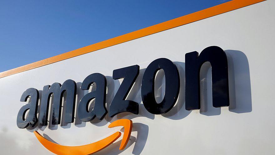 Logo d'Amazon vu sur une devanture de centre logistique en France
