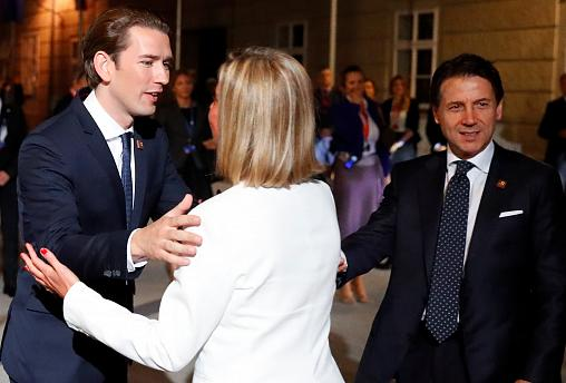 Sebastian Kurz recebe Federica Mogherini diante de Giuseppe Conte