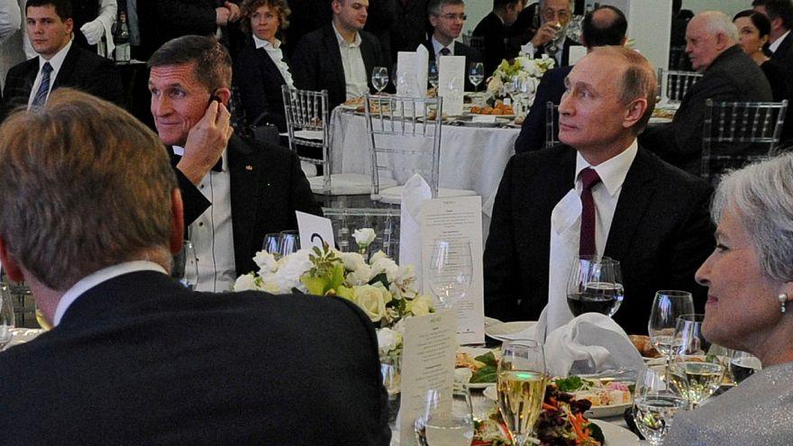 مستشار الأمن القومي الأميركي الأسبق مايكل فلين مع الرئيس الروسي بموسكو