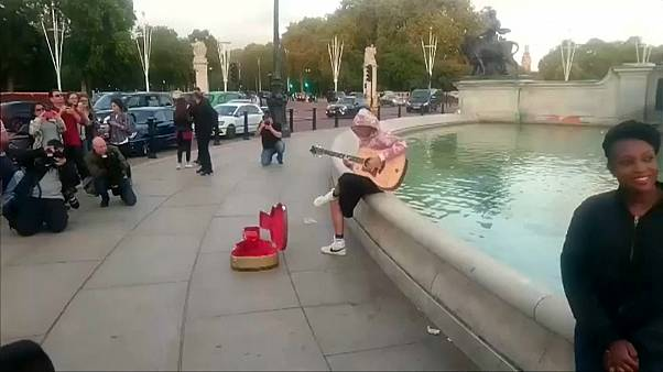 Justin Bieber busking outside Buckingham Palace, London on Sept 19, 2018.