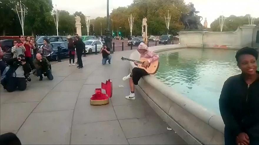 Justin Bieber chante incognito ou presque devant Buckingham Palace