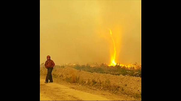 Kanadische Feuerwehrmänner kämpfen mit Flammentornado