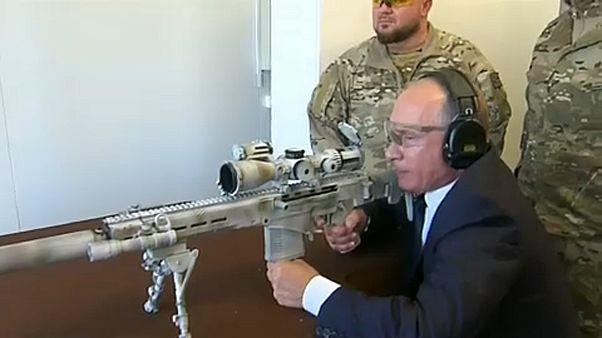 Mesterlövész-puskát próbált ki az orosz elnök