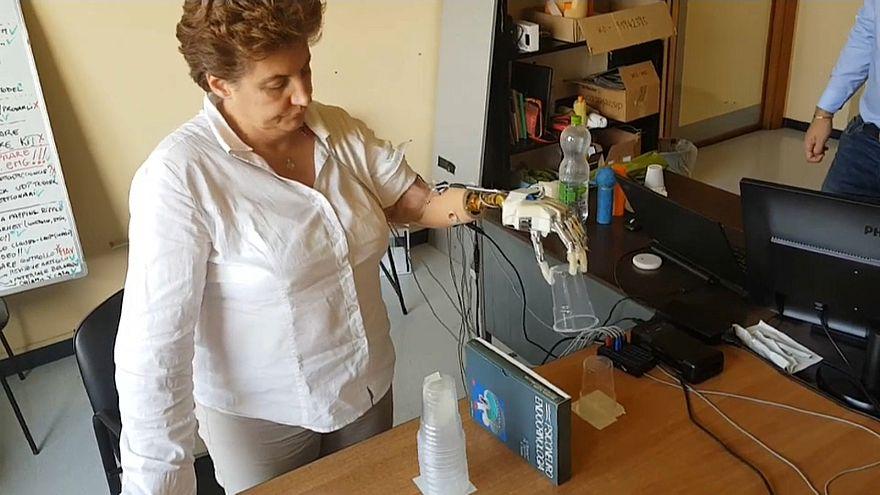 Mão biónica simula sensação do toque