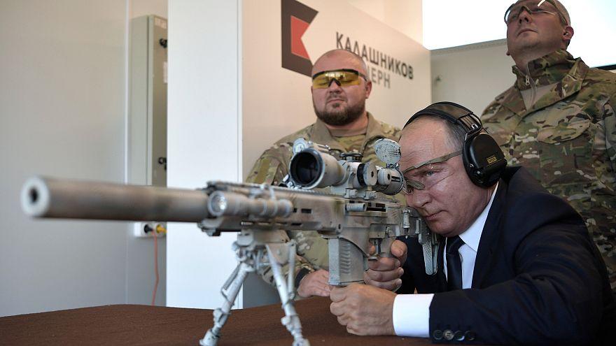 Putin als Sniper: Russlands Präsident testet die neue Kalaschnikow SVCh-308