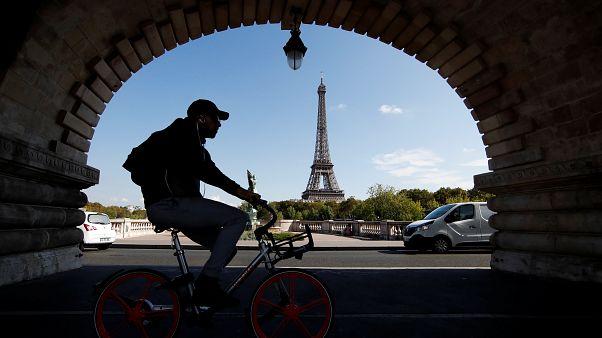 حجز 20 طنا من مجسمات صغيرة لبرج إيفل في فرنسا