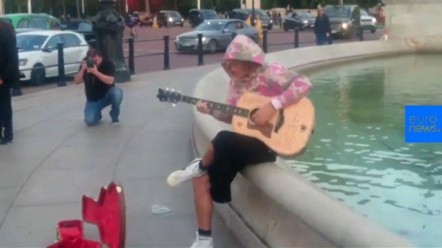 La serenata de Justin Bieber a su prometida a las afueras del Palacio de Buckingham