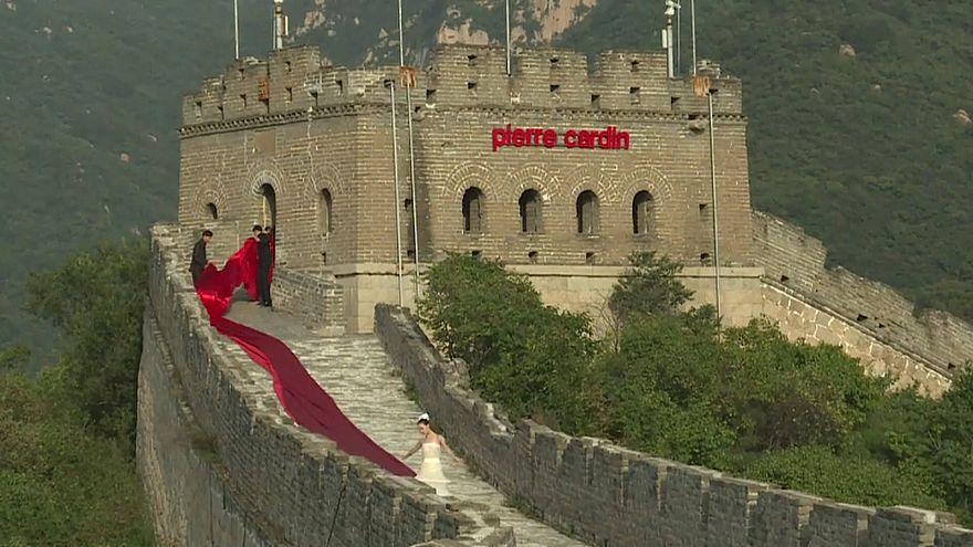 رژه مانکنهای پیر کاردن بر روی دیوار چین