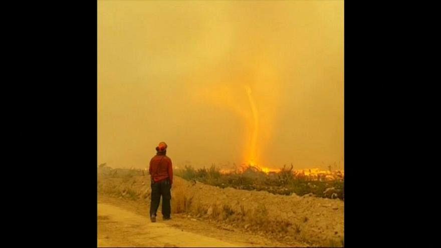شاهد: إعصار من نار يبتلع خرطوم رجال إطفاء في كندا
