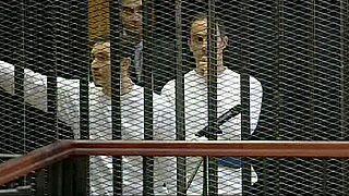 صورة أرشيفية لجمال مبارك (يمين) وعلاء مبارك (يسار) خلف القضبان