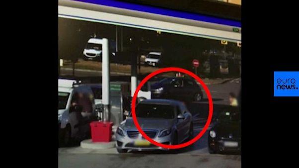 سرقت خودرو از پمپ بنزین در فرانسه؛ بیتفاوتی حاضران جنجالی شد