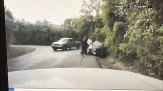 """شاهد: شرطي أميركي ينقذ سيّدة من """"حادث قاتل"""" في اللحظة الأخيرة"""