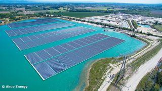 Une centrale solaire sort de l'eau en France