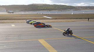 Supermoto triunfa en una carrera contra un avión y un jet de combate