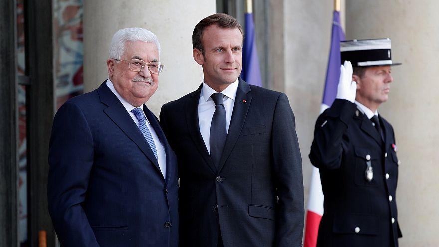 الرئيسان الفرنسي إيمانويل ماكرون والفلسطيني محمود عباس في باريس