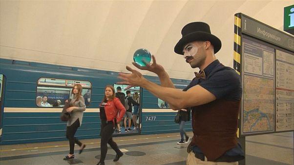 Circo y malabares en el metro de San Petersburgo