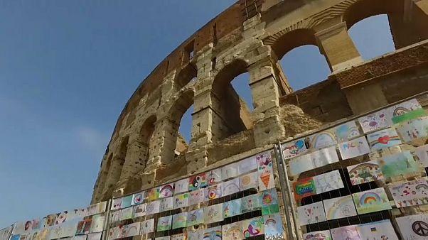 Coliseu de Roma veste Cores de Paz