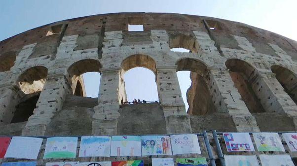 Miles de dibujos infantiles rodean el Coliseo de Roma