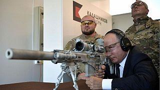 Putin Kalaşnikof'un yeni model keskin nişancı tüfeğiyle atış yaptı