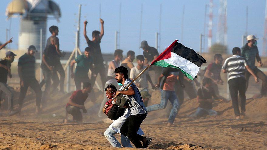 Gazze sınırındaki çatışmalarda yaralanan bir Filistinli