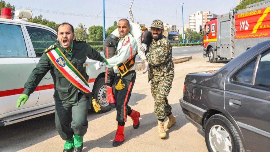 نقل جريح إيراني أثناء الهجوم على عرض عسكري في الأهواز جنوب غرب إيران