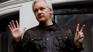Julian Assange Londra'daki Ekvator Büyükelçiliği balkonunda konuşurken