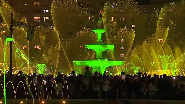 Grün beleuchtete Fontänen auf dem Unirii-Platz in Bukarest