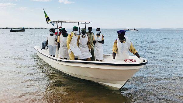Homem resgatado com vida de barco naufragado no Lago Vitória
