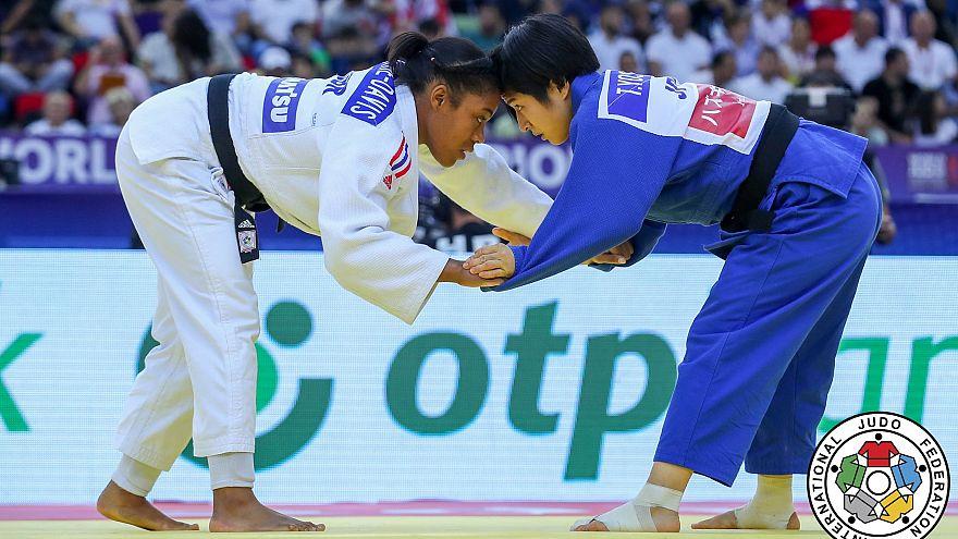 Smythe-Davis und Yoshida Stirn an Stirn zu Beginn des Kampfes