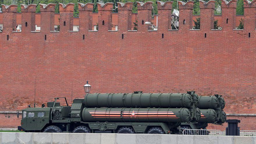 آلية تابعة لمنظومة الصواريخ الروسية أس 400 في موسكو