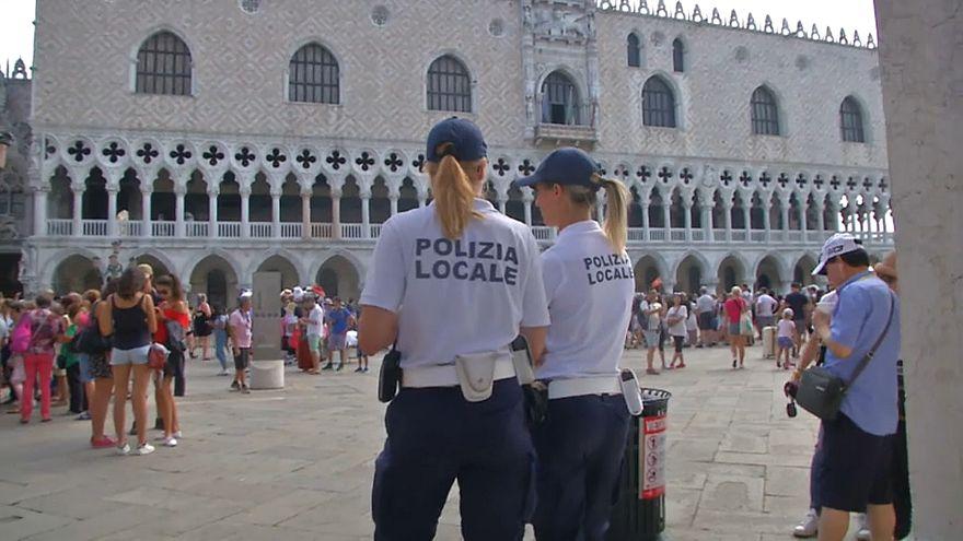 شاهد: جلوس في غير محله في البندقية قد يكلفك 500 يورو غرامة