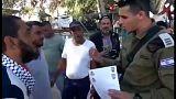 ضابط إسرائيلي يسلم إخطارات بهدم بيوت قرية خان الأحمر بأيدي أصحابها
