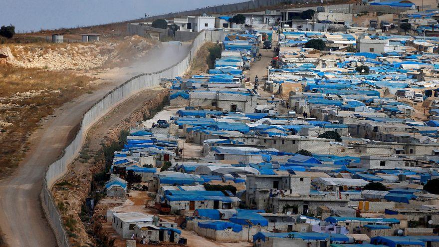 سور فاصل بين الحدود التركية السورية في الريحانية في إدلب