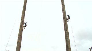 شاهد: بطولة العالم للتسلق على الأعمدة الخشبية العالية