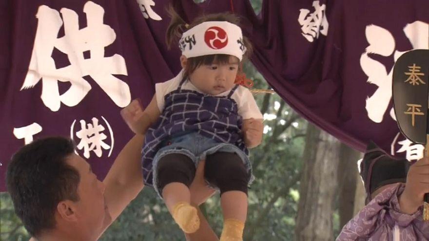 """مسابقة """"صراخ سومو"""" للرضع في اليابان"""
