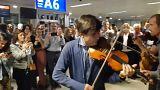 Uçakları rötar yapan müzik grubundan havalimanında konser