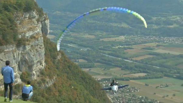 طائرات شراعية باختلاف ألوان الطيف في سماء منطقة الألب الفرنسية