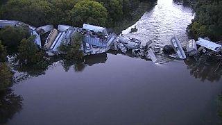 شاهد: خروج قطار عن مساره وسقوط عرباته في نهر فلويد بولاية أيوا