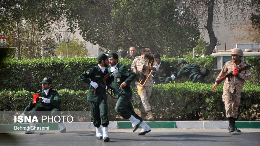 """إيران تحذر أمريكا وإسرائيل من رد""""مدمر"""" وتعتقل شبكة من المشتبه بهم لصلتهم بالعرض العسكري"""