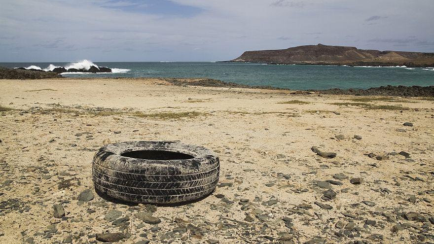 Fransa: 40 yıl önce biyoçeşitliliği artırmak için denize atılan lastikler toplanıyor