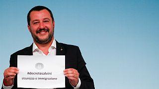 وزیر کشور ایتالیا کاغذی با نام لایحه جدید در موضوع مهاجرت را در دست گرفته ا