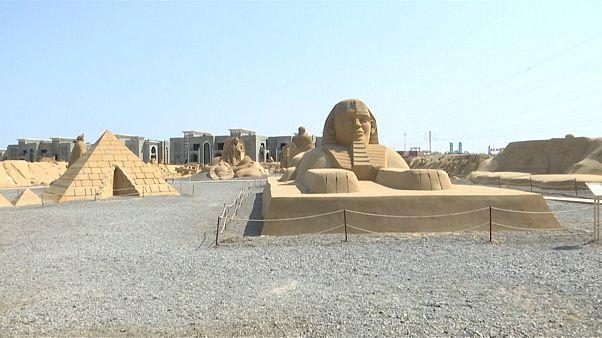 شاهد: تماثيل لأيقونات فرعونية وعالمية معاصرة بمتحف للرمال في مصر