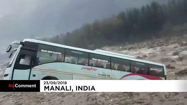 شاهد: الفيضانات تجرف حافلة في الهند وتضعها في مجرى نهر