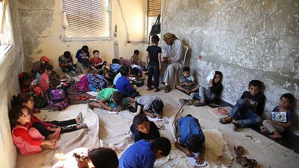شاهد: فيلا تتحول إلى مدرسة بدون مقاعد لتعليم أطفال سوريا