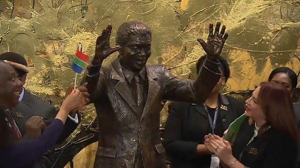 شاهد : الأمم المتحدة تحتفل بعيد ميلاد نيلسون مانديلا المئة بالكشف عن تمثال له