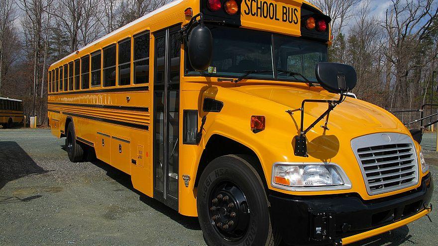 شاهد: سائقة حافلة مدرسية في أمريكا تسمح للأطفال بقيادتها