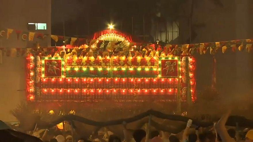 شاهد : تنين ناري ضخم في احتفالات منتصف الخريف في هونغ كونغ