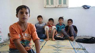 Padok és asztalok nélkül tanítják a szíriai gyerekeket