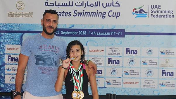 السباحة الناشئة مريم فريد بصحبة المرشدي الحائز على جائزة أفضل مدرب عام 2017