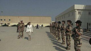 شاهد: وزيرة الدفاع الفرنسية في جولة لقاعدة عسكرية فرنسية في الإمارات